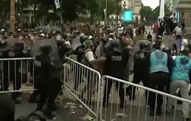 Impressionante! Multidão envolve-se em confronto no último adeus a Maradona