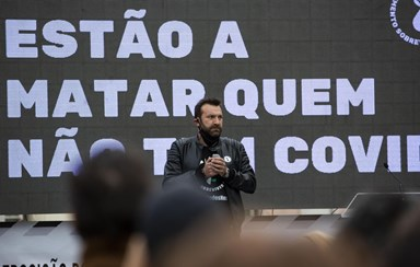 Ljubomir Stanisic em protesto contra as medidas do governo