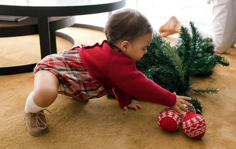 Cláudia Vieira monta a árvore de Natal com ajuda das filhas