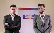 Daniel Oliveira dá mimo a Bruno Nogueira após estreia do novo programa