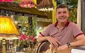 João Baião está de férias na Grécia e fãs querem saber quem é a companhia secreta