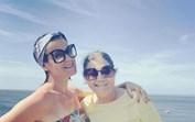 Festa rija! Dolores e Elma Aveiro reúnem família com festão na piscina